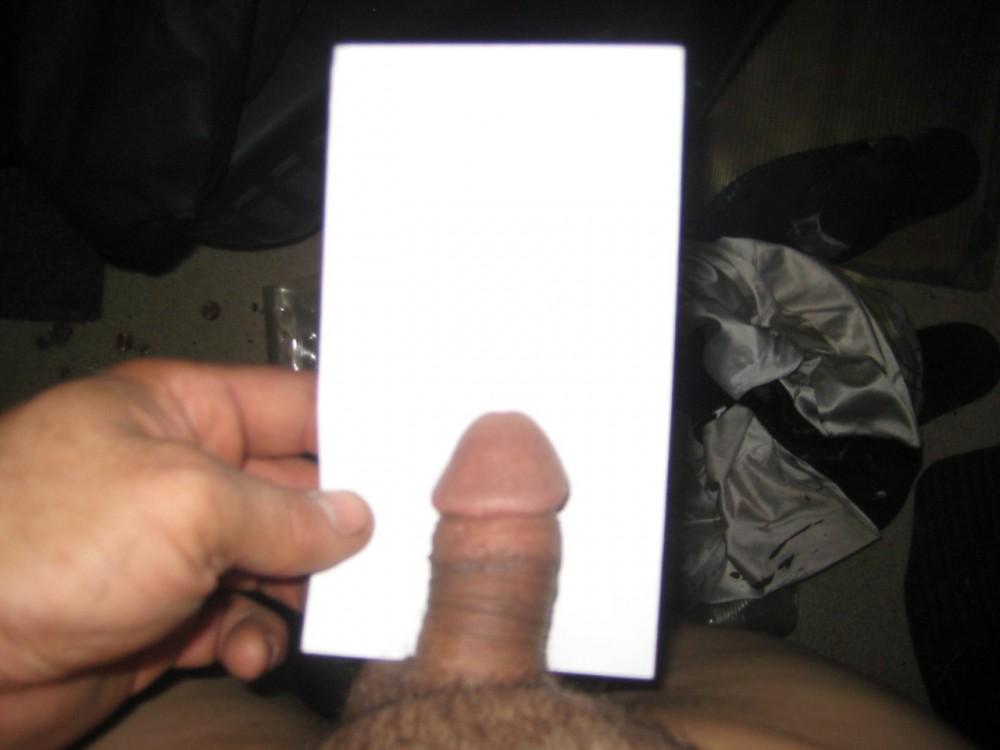 Man showt zijn kleine pikkie bij een stuk papier