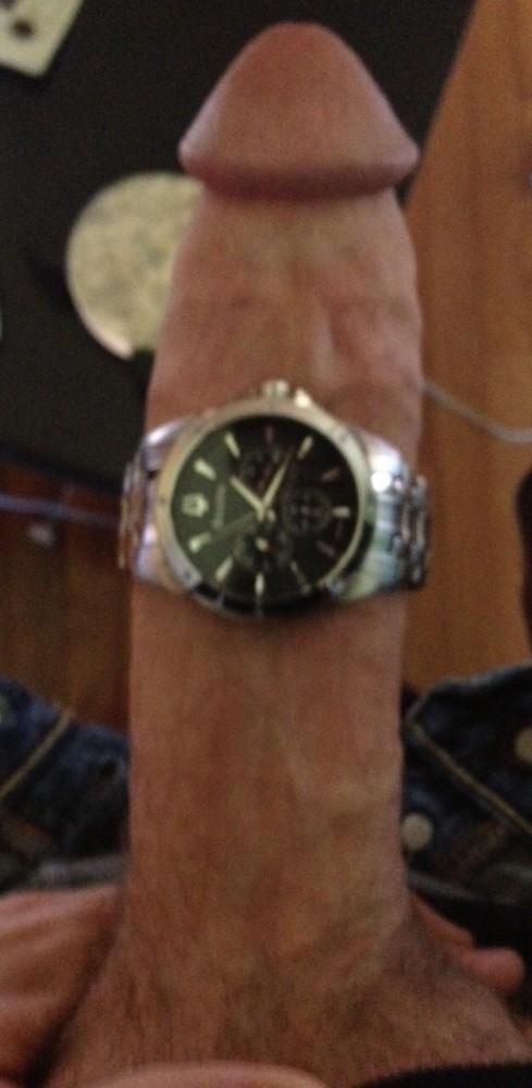 Man heeft horloge om zijn lul gedaan