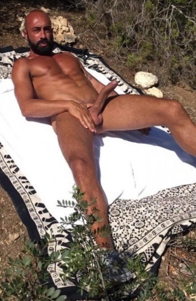 Marokkaan ligt naakt te zonnen en heeft stijve