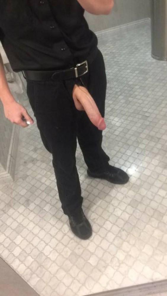 Man heeft zijn mooie besneden lul uit zijn broek hangen