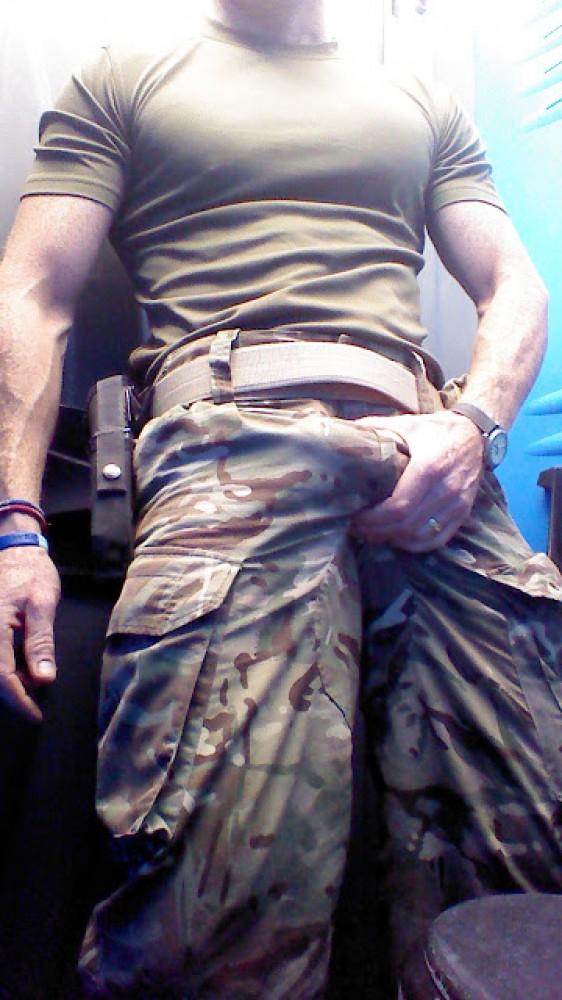 Militair heeft flinke bobbel in zijn legerbroek