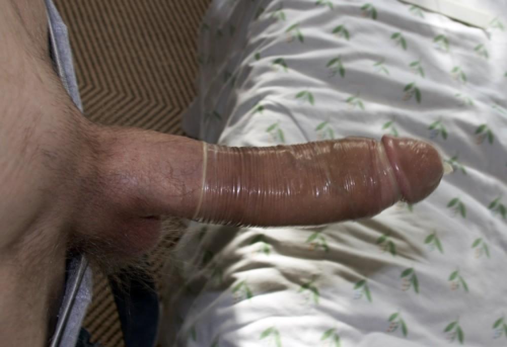Grote stijve pik met condoom om