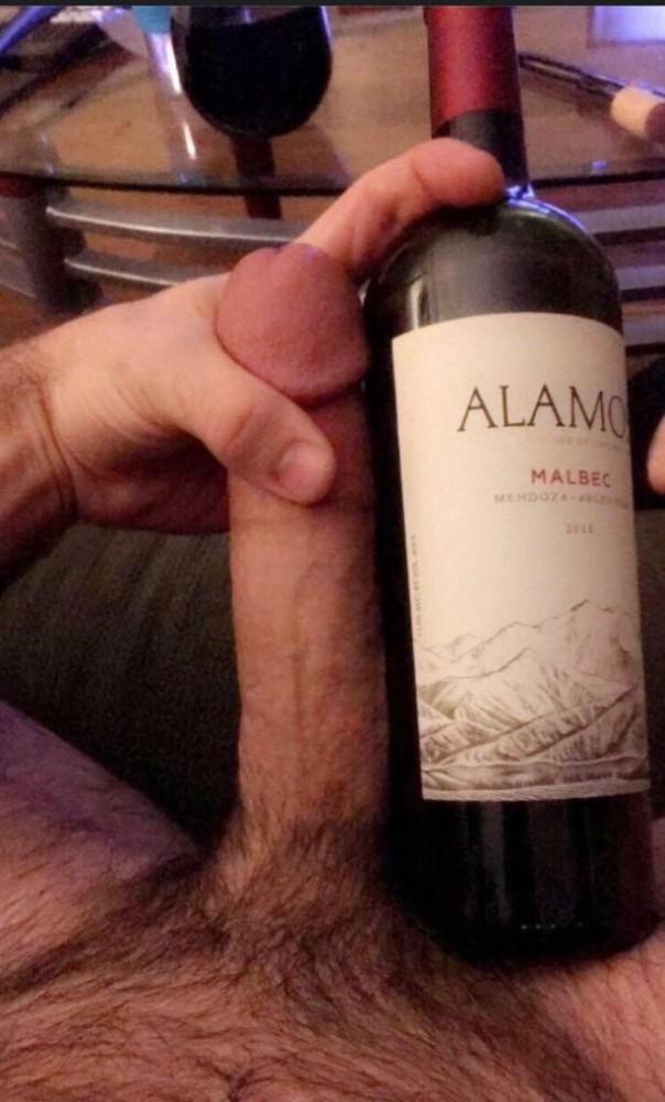 Man vergelijkt zijn lul met een fles wijn
